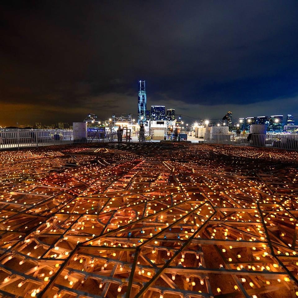 luci a Hong Kong Roof Market Marni- Art Basel dove sono esposti i sandali